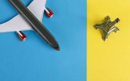 Αεροπλάνο και πύργος του Άιφελ στο μπλε και κίτρινο υπόβαθρο Στοκ Εικόνα