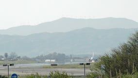 Αεροπλάνο που απογειώνεται από τον αερολιμένα στο ηλιοβασίλεμα απόθεμα βίντεο