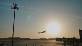 Αεροπλάνο που βγάζει το σούρουπο ήλιων ηλιοβασιλέματος ουρανού στον αερολιμένα Κίνα Πεκίνο φιλμ μικρού μήκους