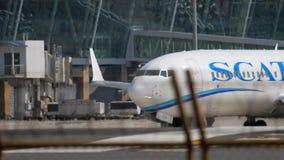 Αεροπλάνο που μετακινείται με ταξί για να αρχίσει πριν από την αναχώρηση απόθεμα βίντεο