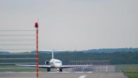 Αεροπλάνο που μετακινείται με ταξί μετά από να προσγειωθεί απόθεμα βίντεο