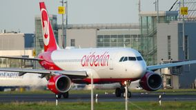 Αεροπλάνο που μετακινείται με ταξί στην έναρξη φιλμ μικρού μήκους
