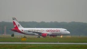 Αεροπλάνο που μετακινείται με ταξί στο βροχερό καιρό απόθεμα βίντεο