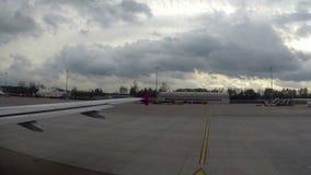 Αεροπλάνο που οδηγεί το δύσκολο καιρό, βαριά σύννεφα, ερχομός θύελλας απόθεμα βίντεο