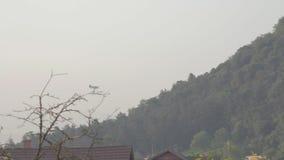 Αεροπλάνο που πετά και που ψεκάζει insecticede φιλμ μικρού μήκους