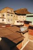 Αεροπλάνο που πετά πέρα από τη φτωχή γειτονιά στη Βραζιλία στοκ εικόνα με δικαίωμα ελεύθερης χρήσης