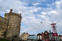 Αεροπλάνο που πετά στην πόλη Windsor στοκ φωτογραφία με δικαίωμα ελεύθερης χρήσης