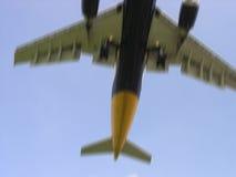 αεροπλάνο που πετά χαμηλά στοκ εικόνα με δικαίωμα ελεύθερης χρήσης