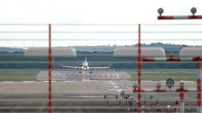 Αεροπλάνο που πλησιάζει και που προσγειώνεται φιλμ μικρού μήκους