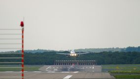 Αεροπλάνο που πλησιάζει πρίν προσγειώνεται απόθεμα βίντεο