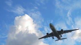 Αεροπλάνο που πλησιάζει πρίν προσγειώνεται στο πρωί απόθεμα βίντεο