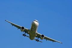 αεροπλάνο που προσγειώνεται από τη λήψη Στοκ εικόνα με δικαίωμα ελεύθερης χρήσης