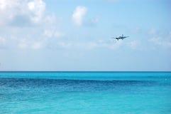 αεροπλάνο που προσγειώνεται πέρα από τη θάλασσα Στοκ εικόνα με δικαίωμα ελεύθερης χρήσης