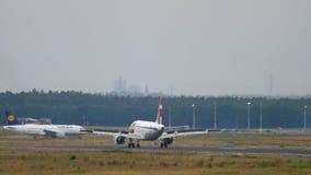 Αεροπλάνο που προσγειώνεται στη Φρανκφούρτη απόθεμα βίντεο