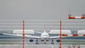 Αεροπλάνο που προσγειώνεται στον υγρό καιρό απόθεμα βίντεο