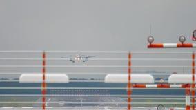 Αεροπλάνο που προσγειώνεται στον υγρό καιρό φιλμ μικρού μήκους