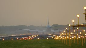 Αεροπλάνο που προσγειώνεται στο διάδρομο 18R Polderbaan απόθεμα βίντεο