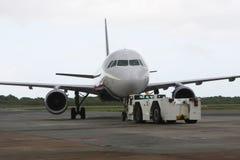 αεροπλάνο που σταθμεύο& Στοκ φωτογραφία με δικαίωμα ελεύθερης χρήσης