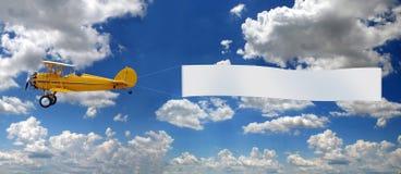 αεροπλάνο που τραβά τον τρύγο σημαδιών στοκ εικόνες με δικαίωμα ελεύθερης χρήσης