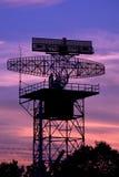 Αεροπλάνο πύργων ραντάρ σκιαγραφιών και ουρανός λυκόφατος Στοκ φωτογραφίες με δικαίωμα ελεύθερης χρήσης