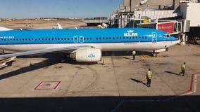 Αεροπλάνο στην πύλη αερολιμένων Στοκ εικόνα με δικαίωμα ελεύθερης χρήσης