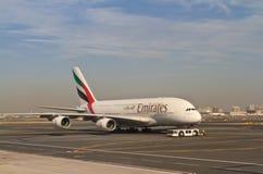 Αεροπλάνο στον αερολιμένα του Ντουμπάι Στοκ Φωτογραφία