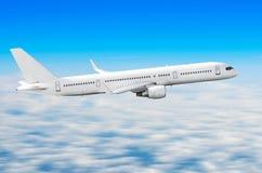 Αεροπλάνο στον ουρανό επάνω από το ύψος ήλιων ταξιδιών πτήσης σύννεφων Στοκ Εικόνα
