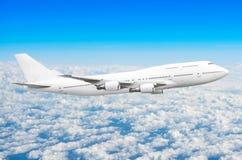 Αεροπλάνο στον ουρανό επάνω από το ύψος ήλιων ταξιδιών πτήσης σύννεφων Στοκ Φωτογραφίες