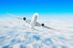Αεροπλάνο στον ουρανό επάνω από το ύψος ήλιων ταξιδιών πτήσης σύννεφων Στοκ εικόνες με δικαίωμα ελεύθερης χρήσης