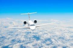 Αεροπλάνο στον ουρανό επάνω από το ύψος ήλιων ταξιδιών πτήσης σύννεφων Στοκ φωτογραφίες με δικαίωμα ελεύθερης χρήσης