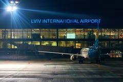 Αεροπλάνο της ουκρανικής διεθνούς επιχείρησης αερογραμμών που περιμένει τους επιβάτες στο διεθνή αερολιμένα Lviv στοκ εικόνες
