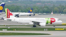 Αεροπλάνο της Πορτογαλίας αέρα TAP στο διάδρομο στον αερολιμένα του Μόναχου, Γερμανία
