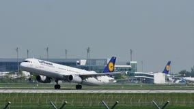 Αεροπλάνο της Lufthansa που απογειώνεται από τον αερολιμένα του Μόναχου, MUC