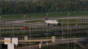 Αεροπλάνο της Lufthansa που κάνει το ταξί στον αερολιμένα του Μόναχου, μπλε ουρανός απόθεμα βίντεο