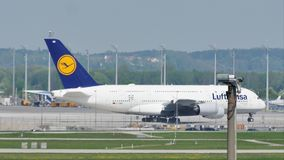 Αεροπλάνο της Lufthansa A380 που κάνει το ταξί στο διάδρομο, κινηματογράφηση σε πρώτο πλάνο