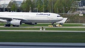 Αεροπλάνο της Lufthansa που κάνει το ταξί στο διάδρομο, κινηματογράφηση σε πρώτο πλάνο φιλμ μικρού μήκους