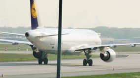 Αεροπλάνο της Lufthansa που κάνει το ταξί στο διάδρομο στον αερολιμένα του Μόναχου, MUC απόθεμα βίντεο
