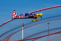 Αεροπλάνο του Martin Sonka που πετά ενάντια στο anemona ορόσημων Στοκ Εικόνες