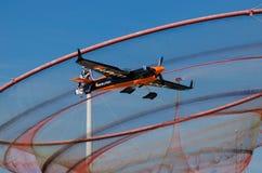 Αεροπλάνο του Nicolas Ivanoff που πετά ενάντια στο anemona ορόσημων Στοκ εικόνα με δικαίωμα ελεύθερης χρήσης