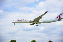 Αεροπλάνο των εναέριων διαδρόμων του Κατάρ στοκ φωτογραφία με δικαίωμα ελεύθερης χρήσης