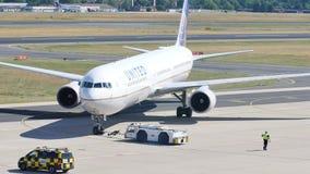 Αεροπλάνο των United Airlines στην ποδιά απόθεμα βίντεο