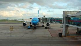 Αεροπλάνο Argentinas Aerolineas στην πύλη αερολιμένων έτοιμη για την τροφή και την αναχώρηση στοκ εικόνες
