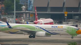 Αεροπλάνο Boeing 737 που μετακινείται με ταξί απόθεμα βίντεο