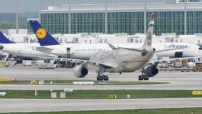 Αεροπλάνο Etihad που μετακινείται με ταξί στο τερματικό, αερολιμένας του Μόναχου, MUC