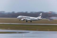 Αεροπλάνο Finnair που προσγειώνεται στον αερολιμένα Γερμανία του Ντίσελντορφ στοκ εικόνες