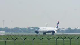 Αεροπλάνο Latam που απογειώνεται από τον αερολιμένα του Μόναχου, κινηματογράφηση σε πρώτο πλάνο