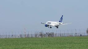 Αεροπλάνο Tarom που προσγειώνεται στο διάδρομο, άνοιξη απόθεμα βίντεο
