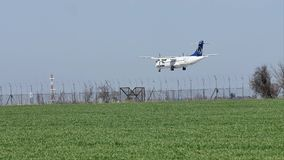 Αεροπλάνο Tarom στον ουρανό, προσγείωση φιλμ μικρού μήκους