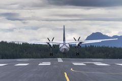 Αεροπλάνο touchdown στον προσγειωμένος τηλε φακό άποψης πορειών πίσω στοκ εικόνες