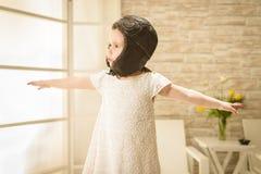 Αεροπόρος παιχνιδιών κοριτσιών παιδιών Στοκ Εικόνες